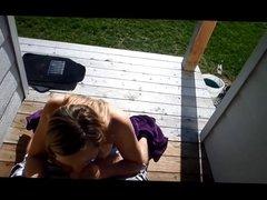 Gepijpt worden in de achtertuin door een vriendin