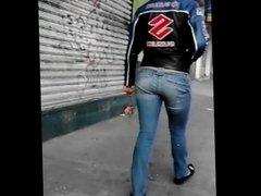 Nalgona En Jeans Ajustados