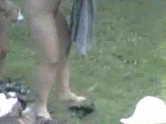 Voisines nues dans le  jardin