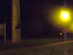 La nuit, en leggings, sur une aire de repos - camion.part
