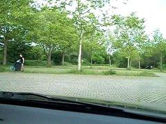 Auf dem Parkplatz in Minikleid, Heels und Nylons