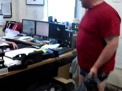 MADURO EN SLIPS EN OFICINA
