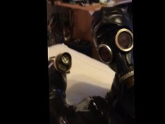 Masturbation in Latex und Gasmaske