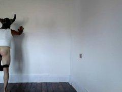 Azotado apoyado en la pared.