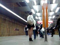 Sexy legs im metro 7 Sexy Beine in der U-Bahn 7