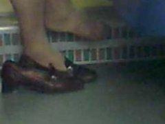 la signora anziana tira fuori il piede dalla scarpa