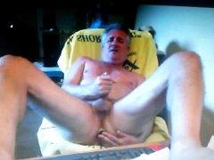 viejo hetero se mete un dildo en el culo