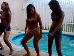 tres gostosas na piscina
