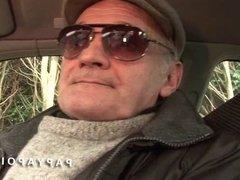 Papy baise une grosse coquine avec un pote sur la voiture