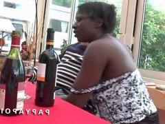Papy baise 1 black qui se fait sodomiser par son jeune pote