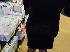 culona en vestido negro transparente