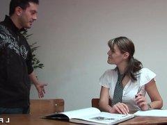 Etudiante francaise sodomisee en salle de classe