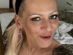 Deutsche Tattoo-MILF besorgt es sich