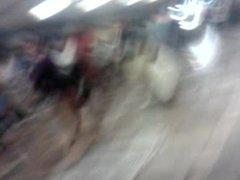 En el metro: morena madura exhibicionista II