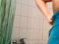 Mitbewohnerin duscht - Flatmate having a shower