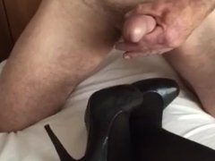 Wanking over her feet and stunning shoes