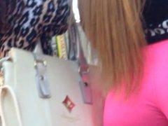 Loira gostosa desfilando com Spandex rosa