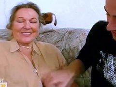 Oma ist geil auf ihren ersten Porno