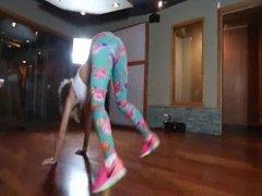 chica bailando en spandex sexy