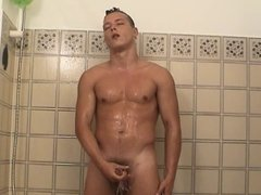 JAMES SE FILME SOUS LA DOUCHE