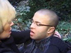 abdoul baise une mature dans le bois
