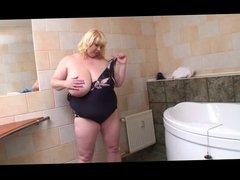 Enorme femme dans la salle de bain by Clessemperor