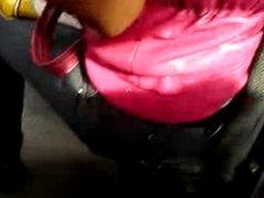 Touch a la chica de chaleco rosa