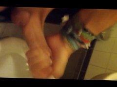 Notgeil auf Arbeit Wichsen spritzen Sperma cum auf Toilette2