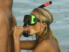 Katja Kean baise dans l'eau