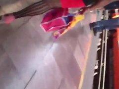 En el metro:Sexy medias de madurita