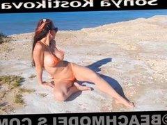 Hermosa Sonya Kostikova desnuda en la playa