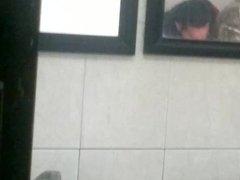 tipos en baño publico celaya fajando