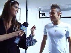 Neymar calçando seu chinelo com meias brancas