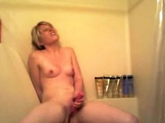Blondine Mit dem Dildo in der Dusche