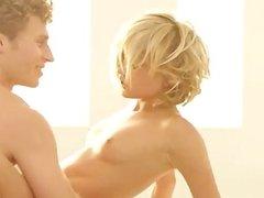 Dakota Skye haciendo el amor con sensualidad.