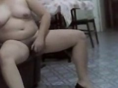 Curvy Mature babe dildos her hairy cunt