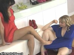 Hot brunette babe gets horny rubbing