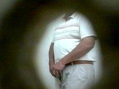 Señor en baño publico celaya