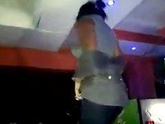 se desnuda en una fiesta colombian