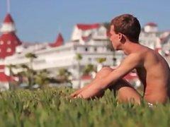 besos en la playa gay