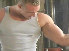 Joey Gregor (sexy dans son jeans)