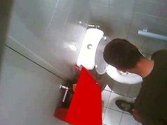 Mijando no banheiro