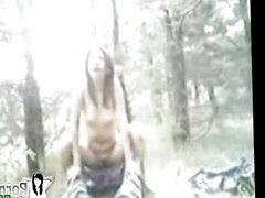 cogiendo a la mitad del bosque