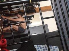 chico guapo en hostel