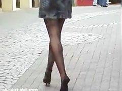 Bas nylon, mules petite robe courte