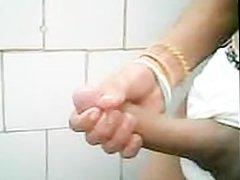 Punheta no Banheiro Publico