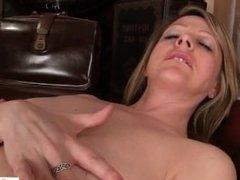 Mature mom makes her pussy cum