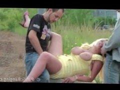 2 mecs, 1 femme mure en exterieur