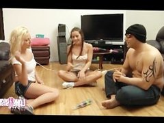 Jeune fille Shana Lane joue a la bouteille avec amis
