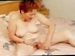 Gisele 74 ans se caresse les seins